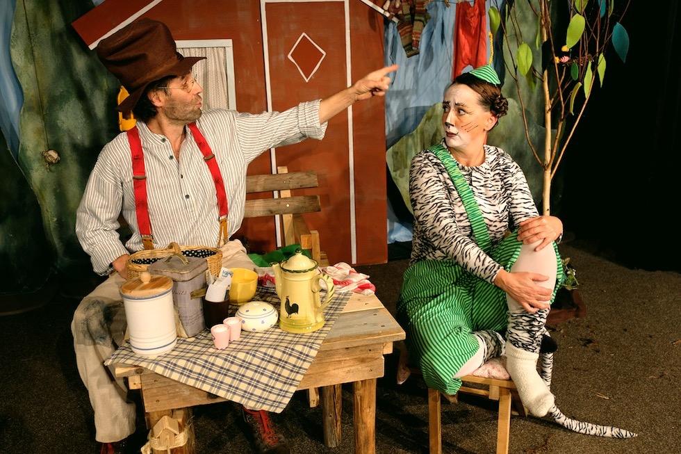 """Die Schauspieler Cathrin Paul und Bernd Schmidt lesen in ihren Originalkostümen als Findus und Pettersson die Geschichte """"Findus und der Hahn im Korb""""."""